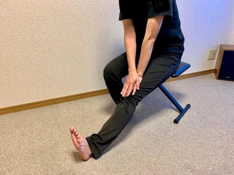 膝を伸ばすストレッチ